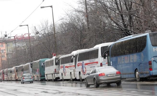 Автобуси около НДК, с които пристигнаха гостите на учредителния конгрес