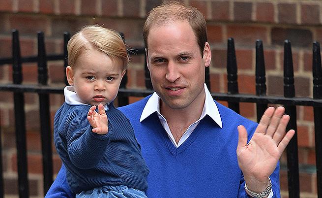Принц Уилям и синът му принц Джордж пристигат на посещение в болницата след раждането на малката принцеса