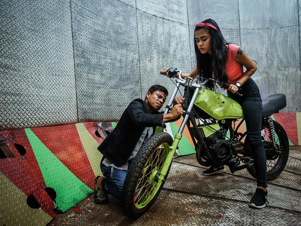 """- Кармила Пурба на 18 години и нейния наставник Тора Палеви са редовни участници в шоуто за мотори """"Tong Setan"""" или Devils Barrel"""" в Индонезия..."""