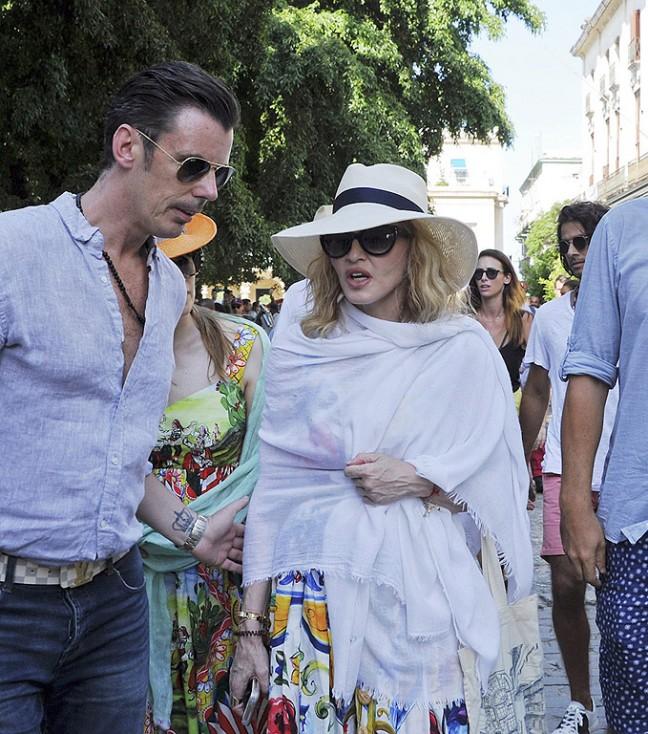 - Мадона на разходка по улица в старата част на Хавана, Куба. Мадона отпразнува 58-я си рожден ден с една разходка по улиците на Хавана и обиколи града...