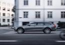 Volvo показа повдигната версия на луксозния V90