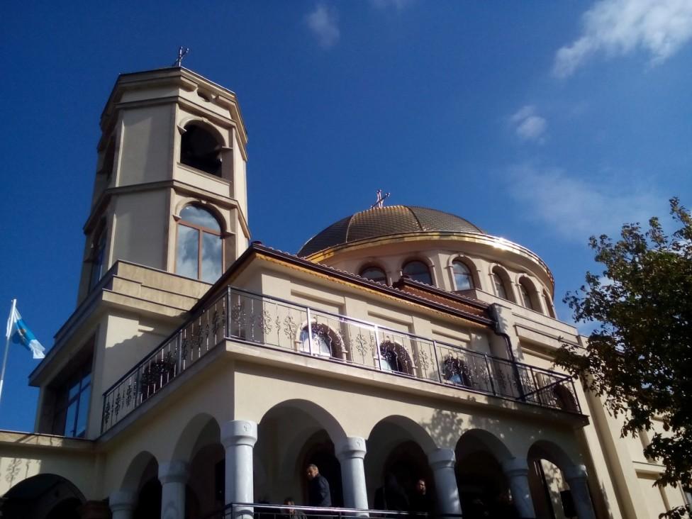 """- Вдъхновена от един сън преди повече от 20 години, днес бе открита построената изцяло с дарения най- нова и голяма църква в Асеновград """"Св. Архангел..."""