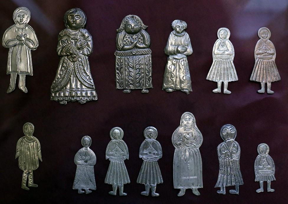 """- Малки оброчни фигури, намерени в най-различни краища на България, са събрани в изложбата """"Вотиви"""" в Националния етнографски музей."""