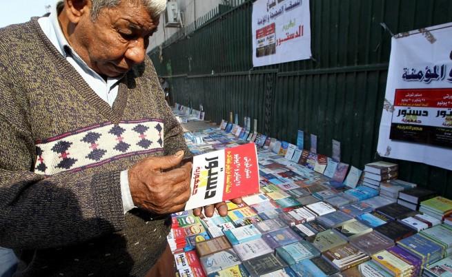 Мъж си купува копие от проекта за нова конституция