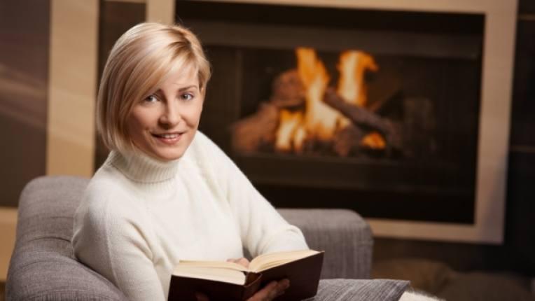 книга камина жена четене диван