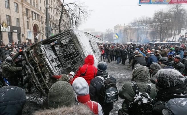 Петима убити и 300 ранени след стрелба на милицията в Киев