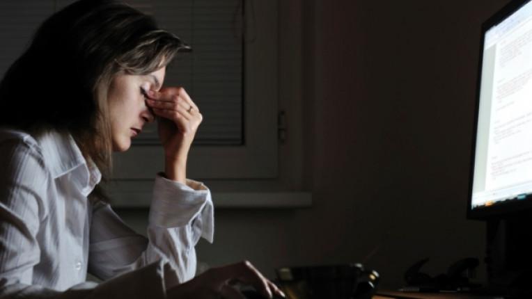 жена нощ компютър работа интернет онлайн
