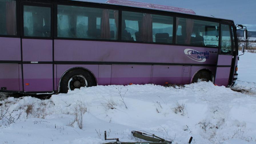 Автобус излезе от пътя, 30 пътника се разминаха на косъм