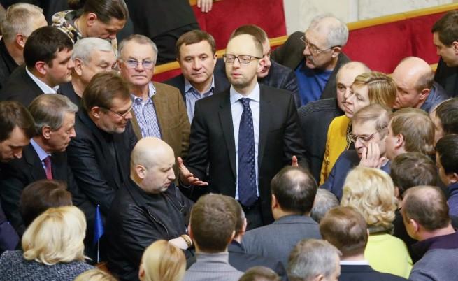 Арсений Яценюк (в центъра)