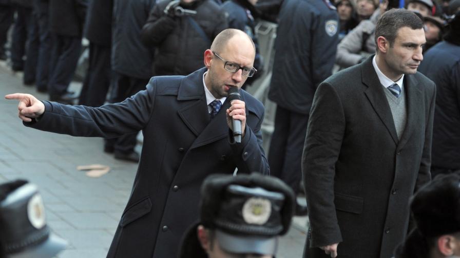 Двама от основните опозиционни лидери - Арсений Яценюк (л) и Владимир Кличко
