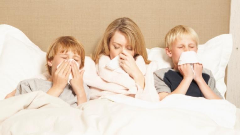 простуда грип болест настинка дете майка семейство легло деца