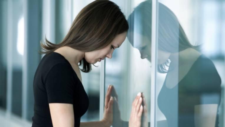 жена самота тъга депресия