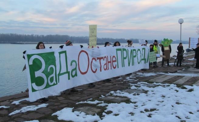 Екоактивисти от Русе се включиха в поредния протест срещу застрояването на Природен парк Странджа. Този път те се събраха на брега на река Дунав пред паметника на Баба Тонка.