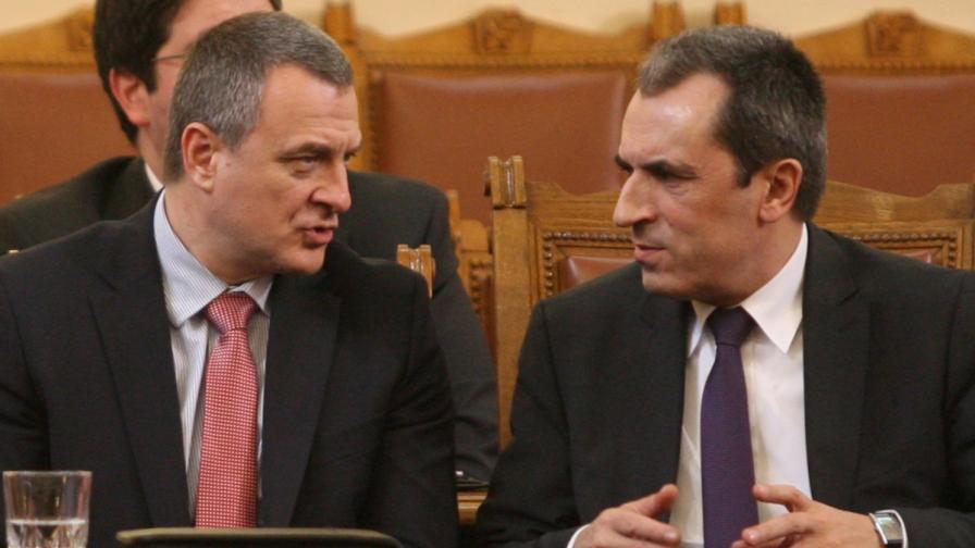 Вътрешният министър Цветлин Йовчев (л) и премиерът Пламен Орешарски