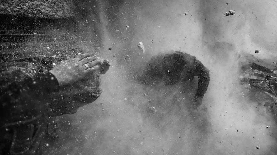 Снимка на сръбския фотограф Горан Томашевич, на която се вижда как сирийски бунтовници търсят прикритие от взрив по време на боеве в Дамаск.