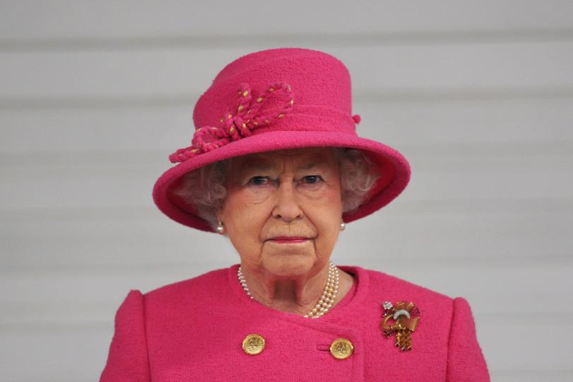 <p><strong>&nbsp;На Елизабет II не ѝ се налага да спазва ограниченията на скоростта</strong></p>  <p>Никой не е виждал кралицата да лети с колата си по шосето, но чисто технически, тя има това право.</p>  <p>Всички правила за ограничение на скоростта в цяла Великобритания могат да бъдат потъпкани, но разбира се тя не се възползва от това си право.</p>
