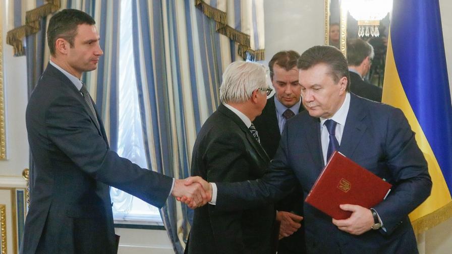 Виталий Кличко се ръкува с Виктор Янукович
