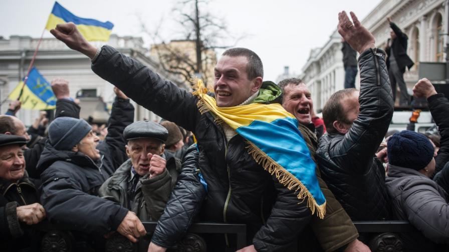 Протестиращи реагират на новината, че президентът Виктор Янукович е отстранен