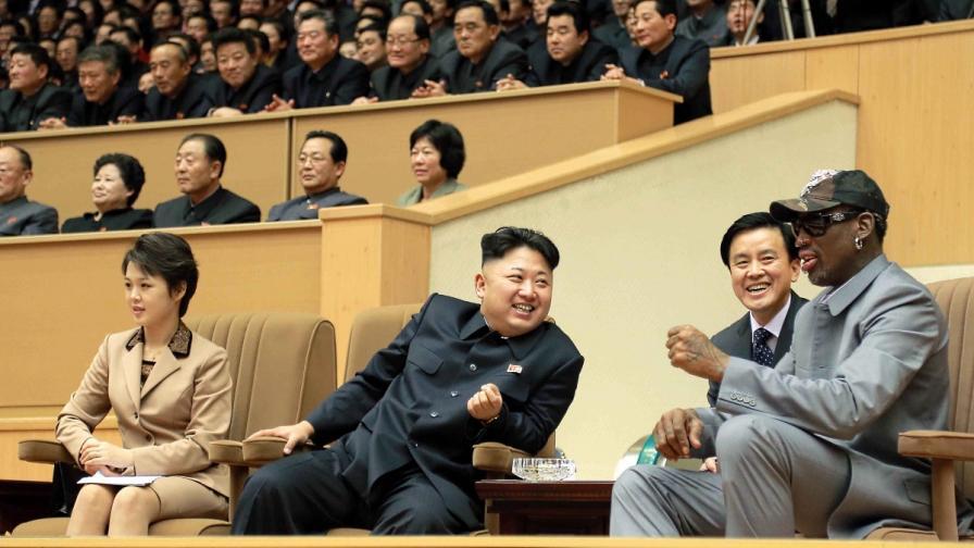 Ким Чен-ун (в средата) и Денис Родман (вдясно) на баскетболен мач на 8 януари 2014 г. в Пхенян