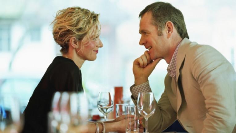 двойка среща любов вино романтика