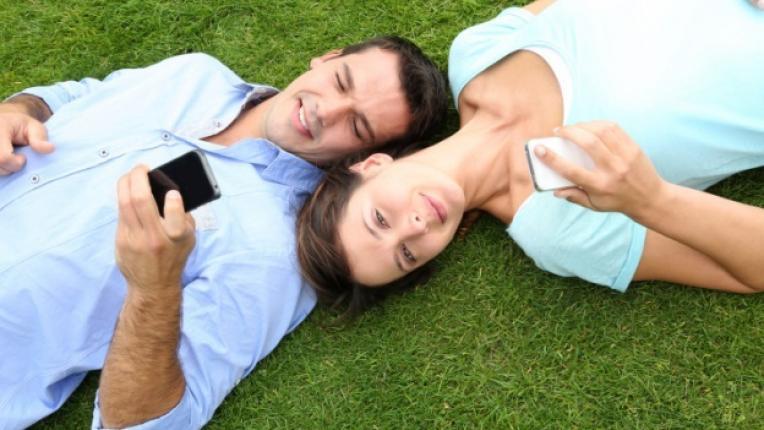 мобилен телефон виртуален секс партньори командировка интимност двойка технологии