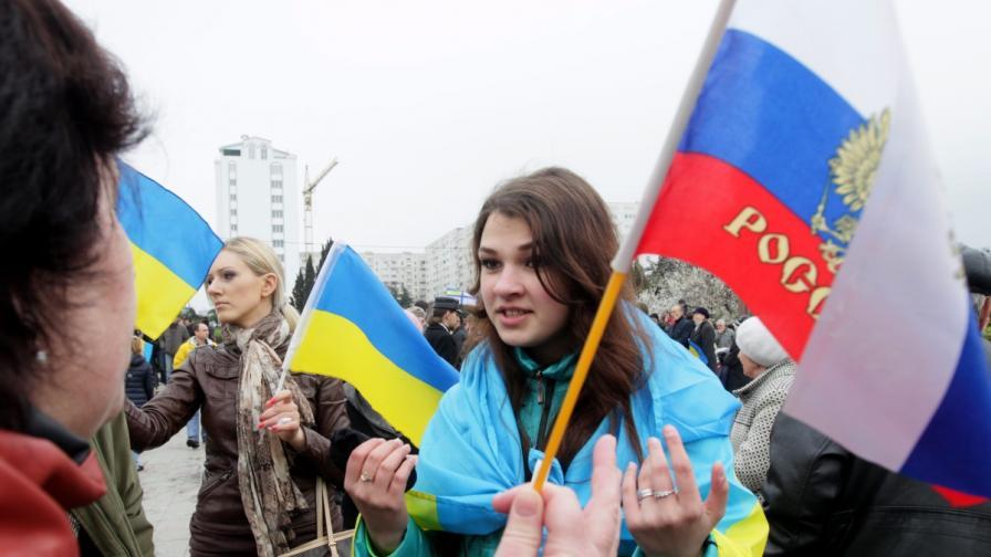 Проруски и проукраински демонстранти спорят в Севастопол