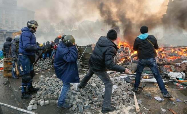 """Независимая газета"": В Украйна замирисва на барут и кръв"