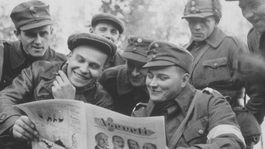 Финландски войници четат новините за развоя на Втората световна война