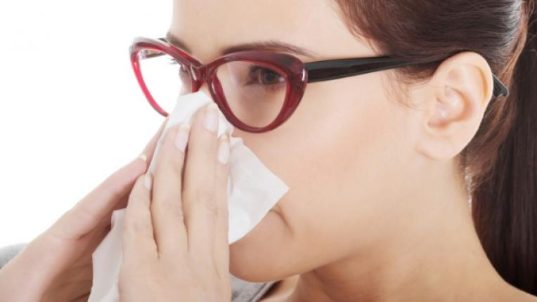 хрема жена нос очила настинка болест