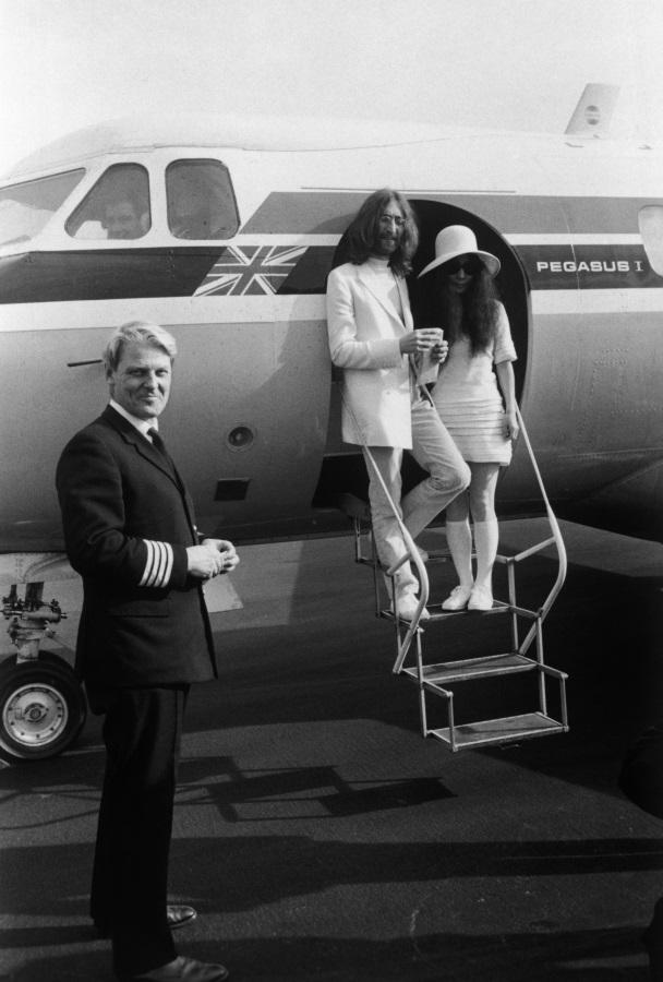 <p>На борда на частен самолет в Гибралтар след сватбата им. Пилотът им Тревор Копълстоун стои до самолета.</p>