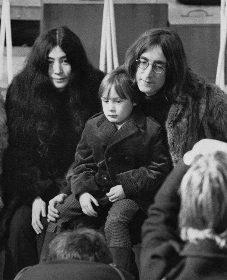 <p>Джон Ленън, синът му Джулиън и Йоко Оно позират пред фотографи в Стоунбридж парк, Уембли на 10 декември 1968 г.</p>