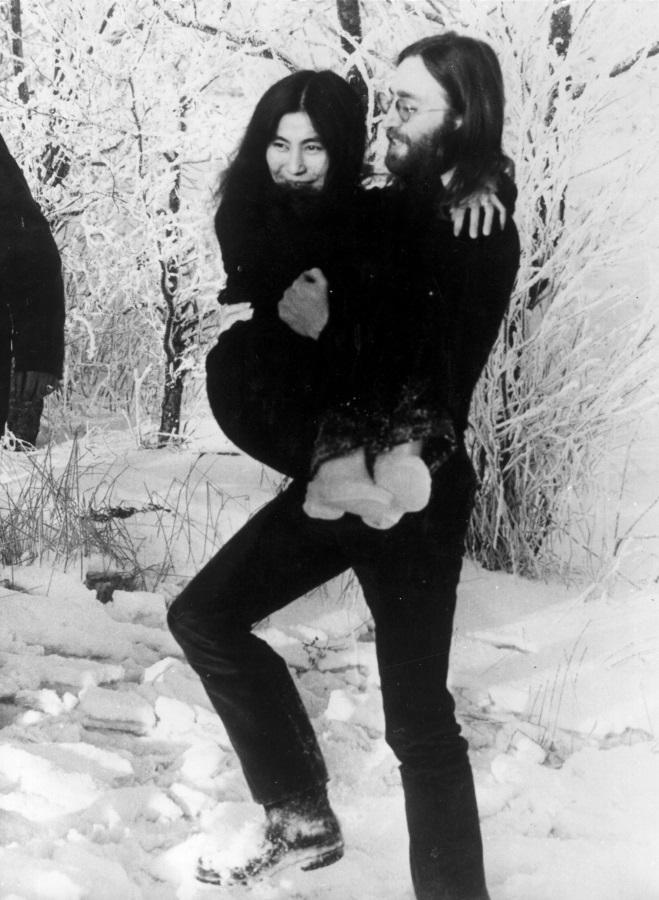 <p>Ленън носи на ръце съпругата си през снега в Северна Ютландия, Дания, където двамата отиват да видят дъщерята на Оно от първия й брак Киоко, която живее с баща си Антъни Кокс и жена му Белинда.</p>