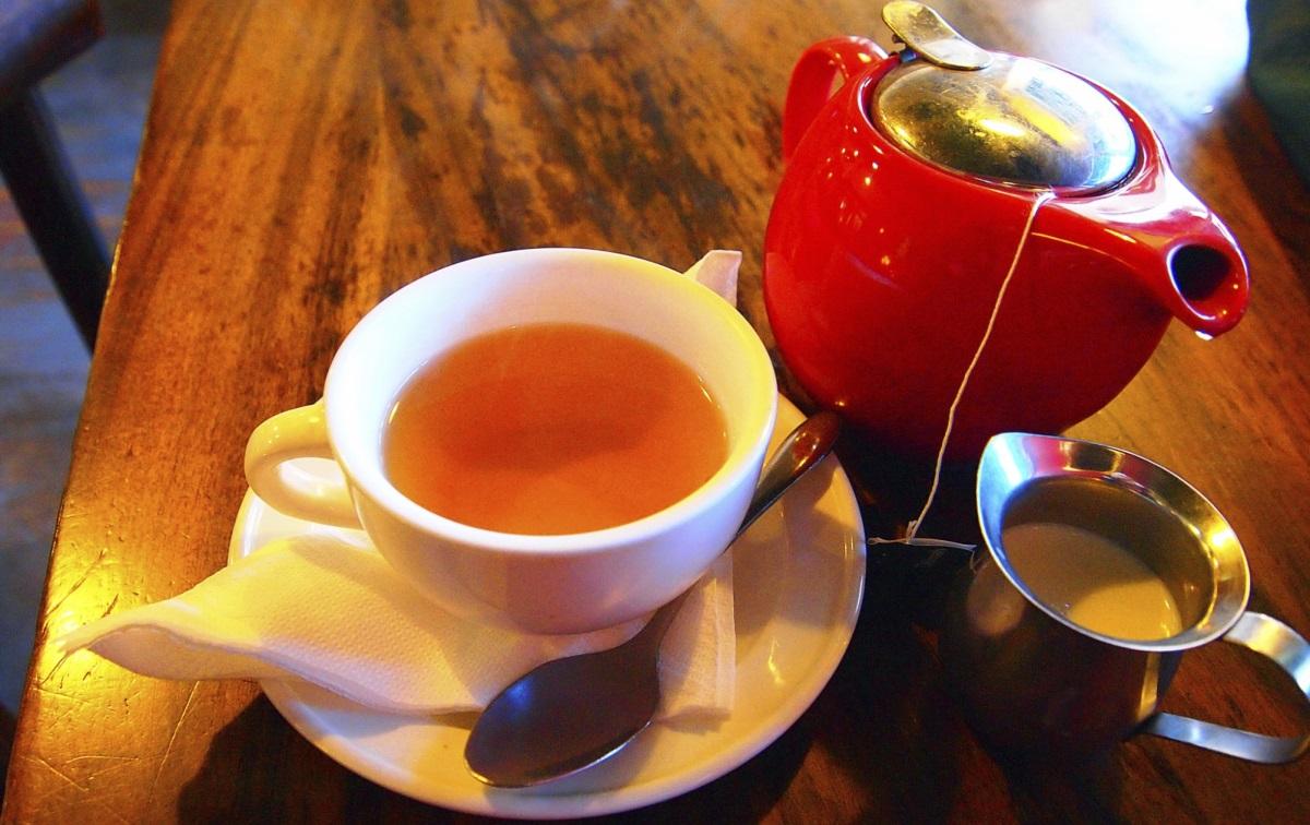 Чай<br /> <br /> Чаят съдържа антиоксиданти, за които е установено, че спомагат за повишаване на метаболизма, блокират образуването на нови мастни клетки, отстраняват болести и дори намаляват увреждането на клетките, стареенето и риска от инсулт. Но не позволявайте тези факти да ви подмамят да вярвате, че всички чайове са създадени равни. Ресторантите и веригите за кафе може и да предлагат тази полезна иначе напитка, но в повечето случи те са добавили толкова захар, колкото може да има в сладкишите. По-добре пийте чая си у дома, за да сте сигурни, че ще се възползвате от полезните му съставки.