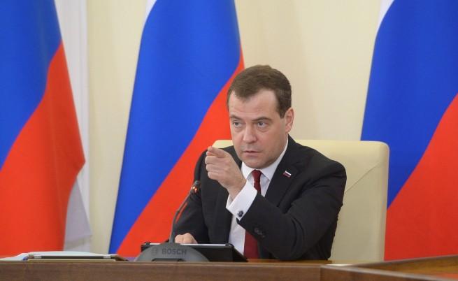 Медведев пристигна с пълна кошница обещания в Крим