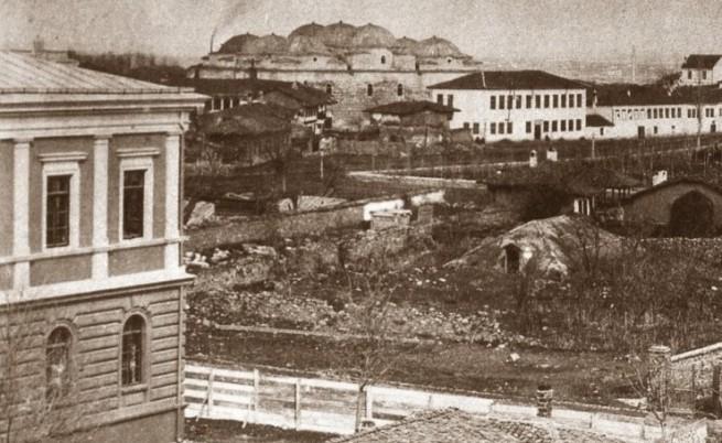 През 1879 г. София става столица на България с 11 694 жители, 2 училища и 10 хана