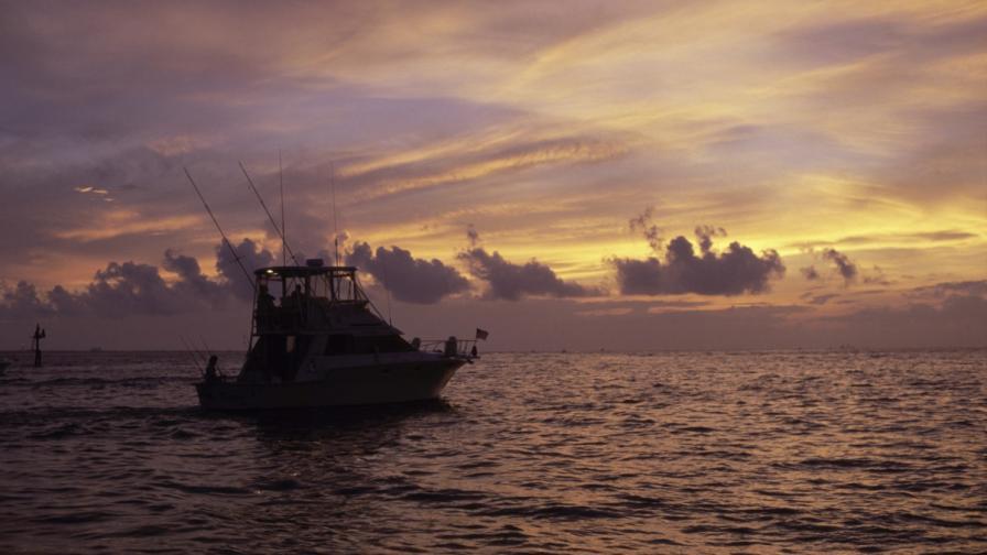 Търсят рибар, паднал зад борда в залива на Поморие