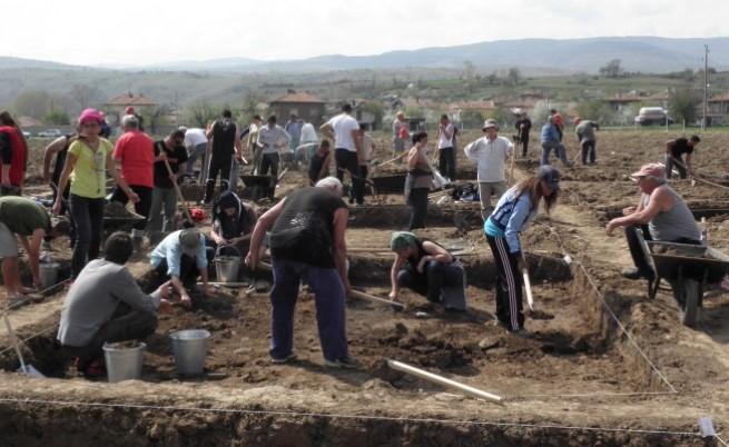 Безработни търсят артефакти по трасето на АМ