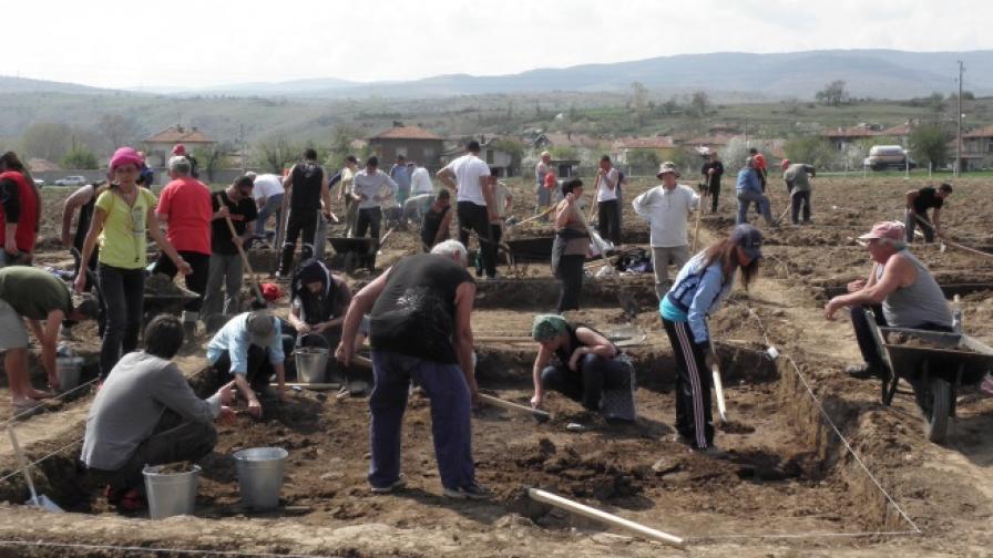 """Безработни търсят артефакти по трасето на АМ """"Струма"""""""