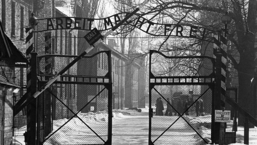 """Портата на """"Аушвиц"""" с прословутия надпис над нея, който гласи: """"Трудът ще ви освободи"""""""