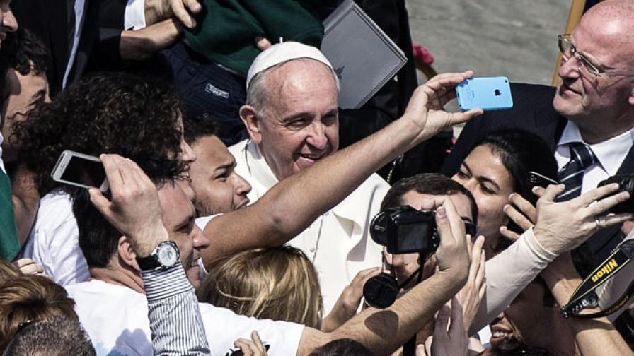 """Папа Франциск позира за """"селфи"""" с богомолци"""