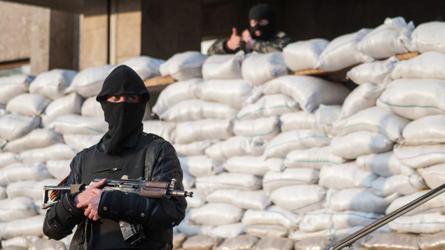 Проруски активист пред сградата на окупираното управление на милицията в Славянск