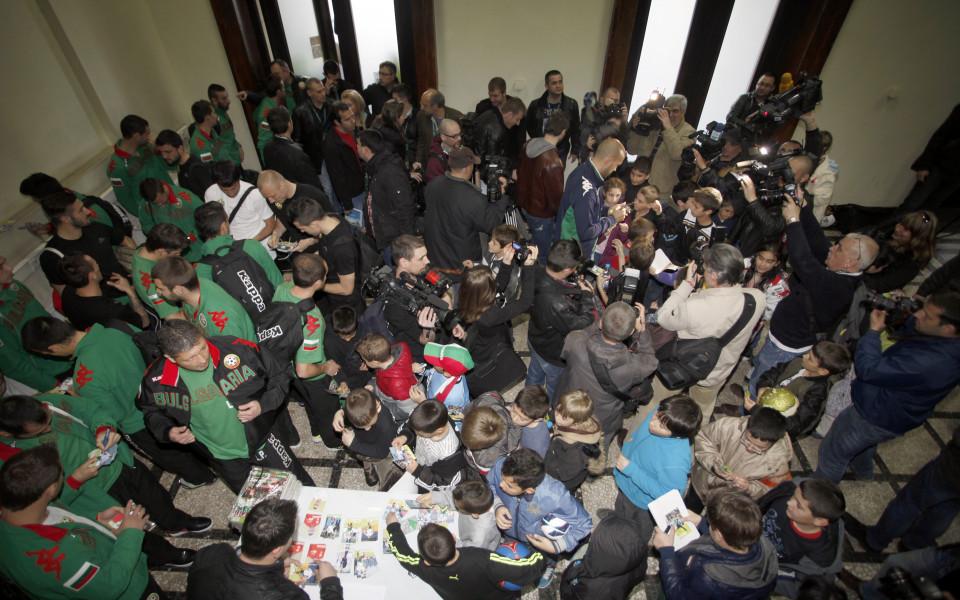Българските национали и Любо Пенев раздадоха автографи на деца