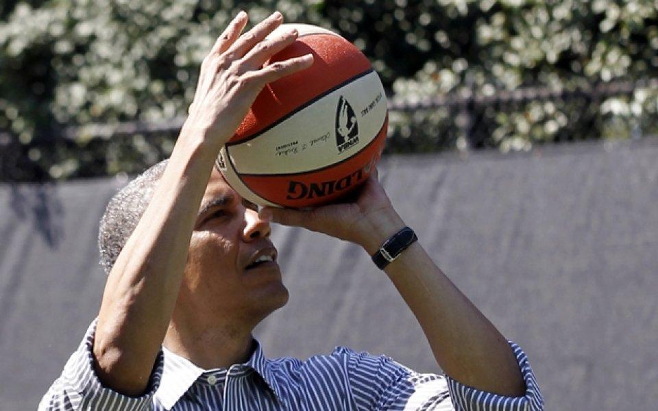 ВИДЕО: Барак Обама с отчайваща баскетболна изява