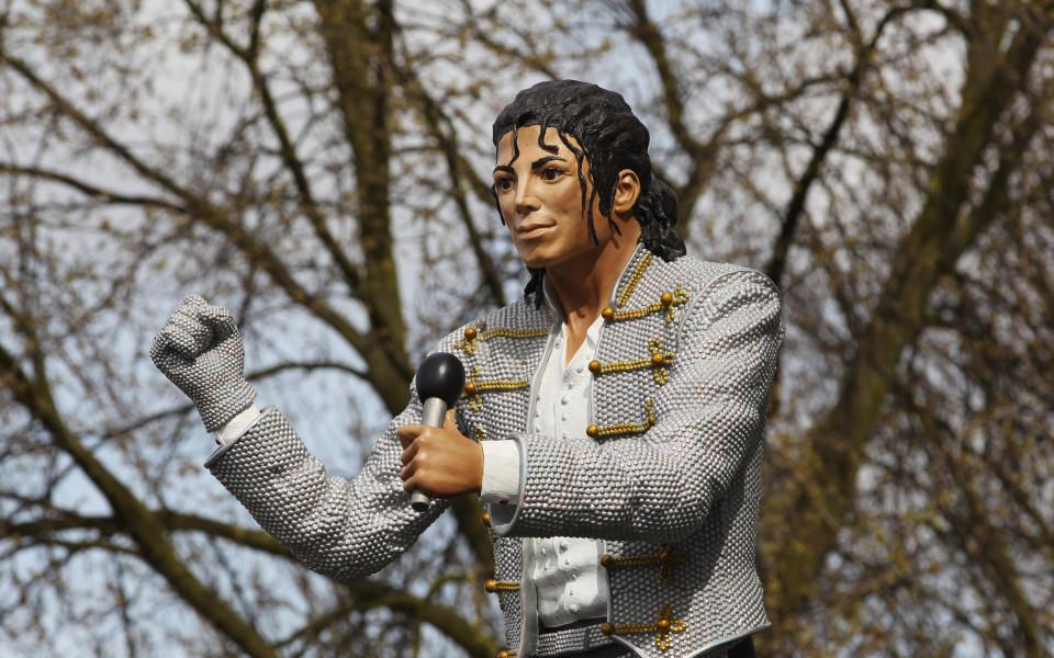 """Фулъм маха статуята на Майкъл Джексън от """"Керйвън Котидж"""""""