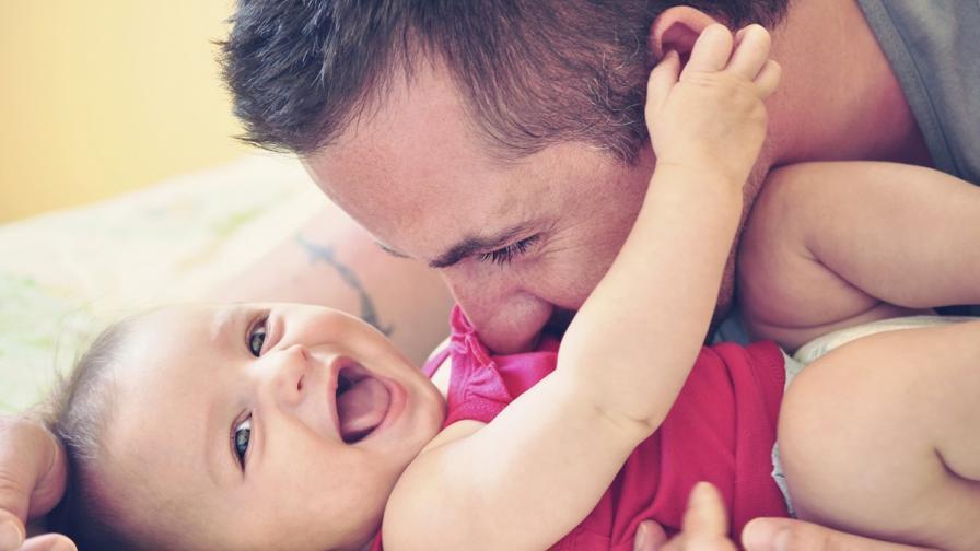 Учени: Гъделичкайте бебето си, за да проговори по-бързо