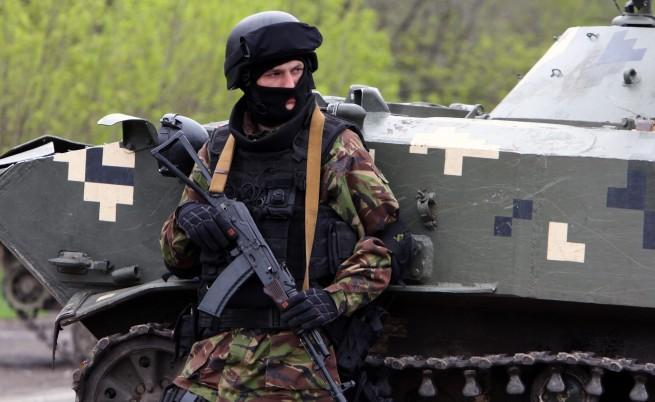 Войници пазят един от входовете на Славянск