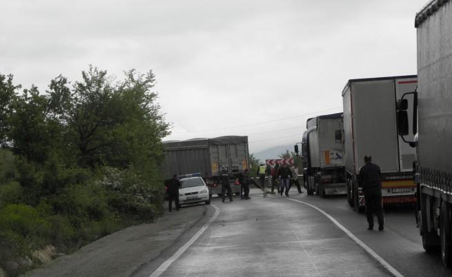 Движението бе отклонено по обходен маршрут-Бараково-Кочериново-Е-79