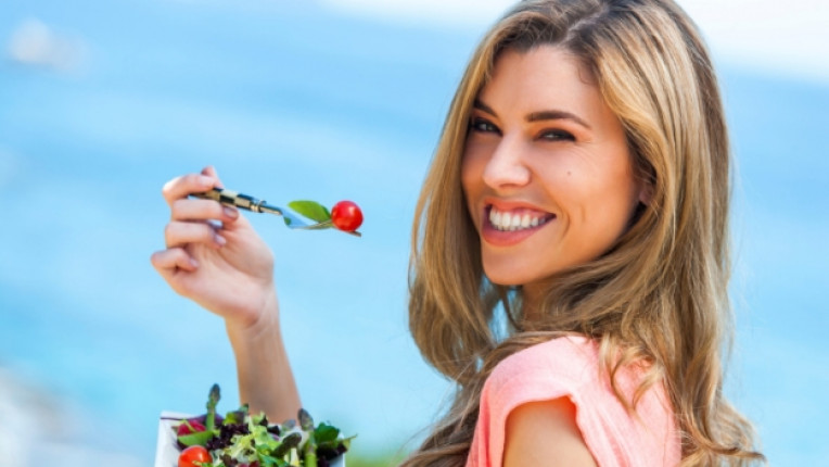 жена салата хранене здравословно усмивка щастие