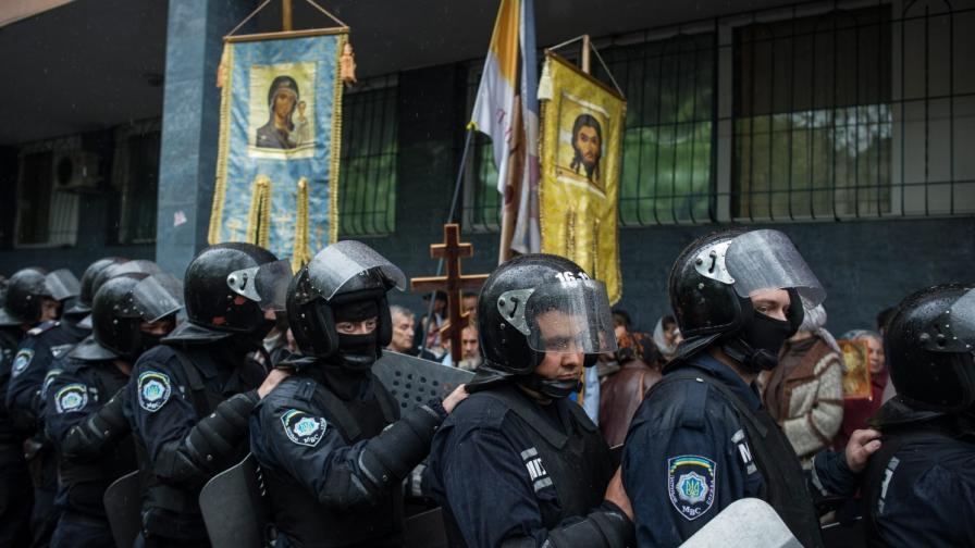 Украински полицаи охраняват полицейски участък  Одеса