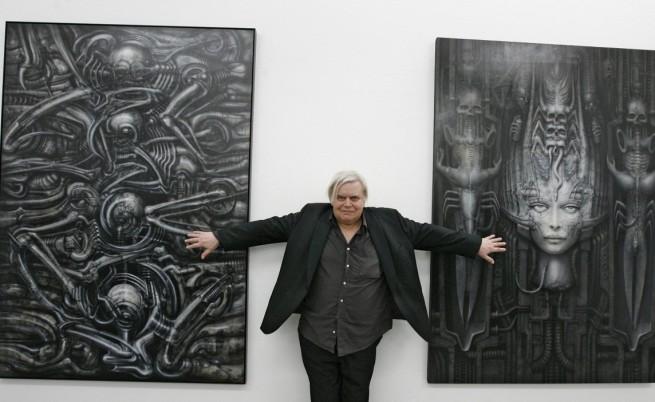 Гигер позира пред две свои произведения